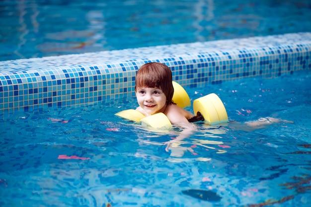 Kind schwimmt im pool Premium Fotos
