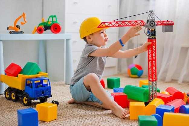 Kind spielt im baumeister im raum Premium Fotos
