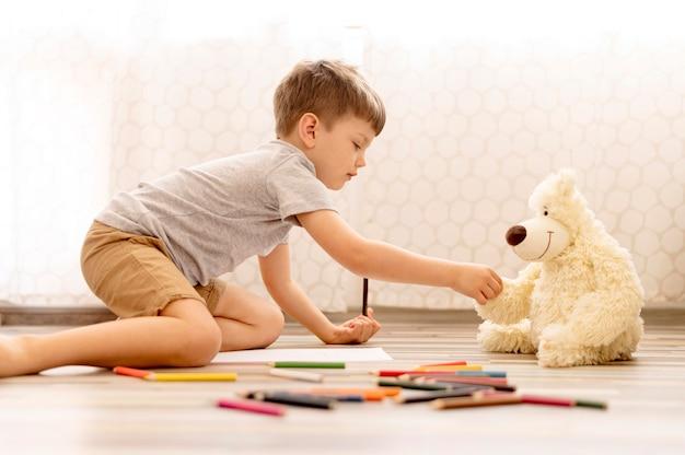 Kind spielt mit plüschtier Premium Fotos