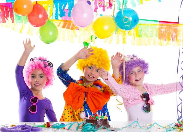 Kinder alles gute zum geburtstag mit clownperücken Premium Fotos