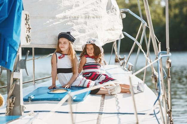 Kinder an bord der seelyacht. teenager oder kind mädchen im freien. Kostenlose Fotos