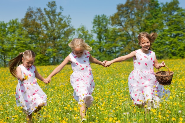 Kinder auf ostereiersuche mit körben Premium Fotos