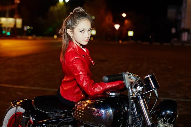 Kinder-biker fahren mit dem motorrad durch die stadt Premium Fotos