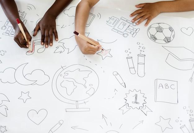 Kinder, die bildungssymbole zeichnen Premium Fotos