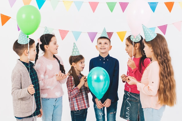 Kinder, die einen geburtstag feiern Premium Fotos