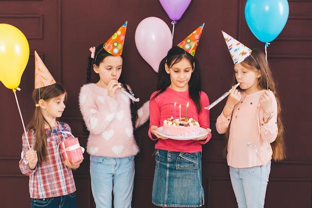Kinder, die einen geburtstag feiern Kostenlose Fotos