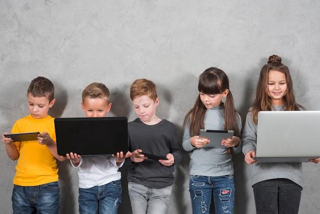 Kinder, die elektronische geräte verwenden Kostenlose Fotos