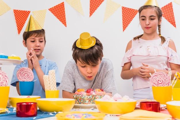 Kinder, die schlagkerzen ihres freundes durchbrennen Kostenlose Fotos