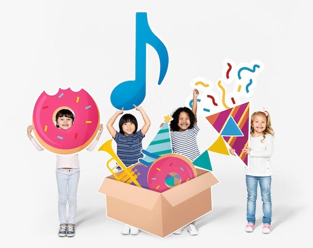 Kinder, die sich für eine geburtstagsfeier vorbereiten Premium Fotos