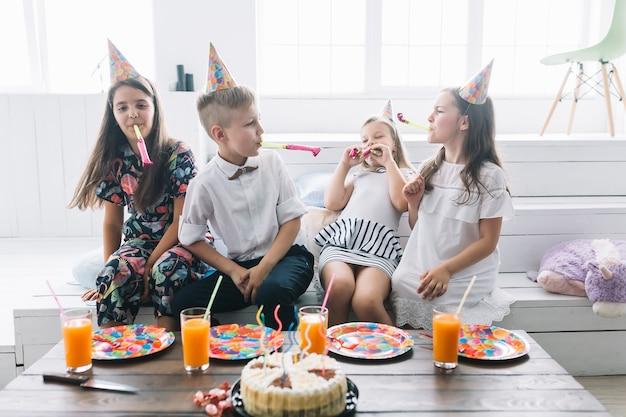Kinder, die spaß auf geburtstagsfeier haben Kostenlose Fotos