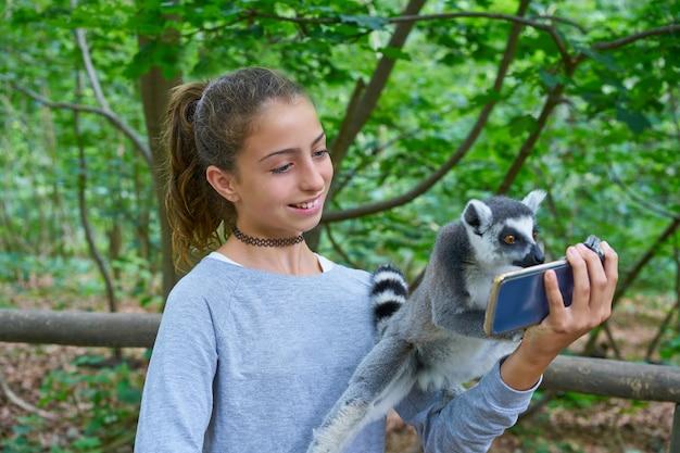 Kinder, die spaß mit ring angebundenen lemuretieren haben Premium Fotos