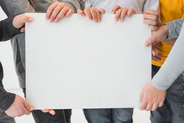 Kinder, die unbelegtes zeichen anhalten Kostenlose Fotos