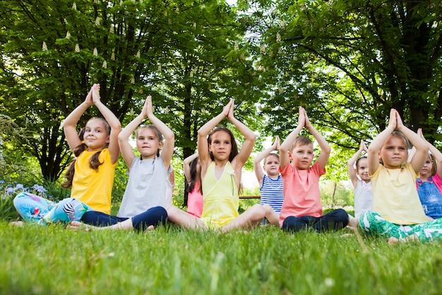 Kinder, die yoga praktizieren. Premium Fotos