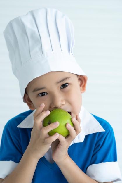 Kinder essen grüne äpfel Premium Fotos