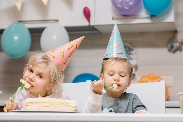 Kinder Essen Kuchen Auf Geburtstagsparty Download Der Kostenlosen