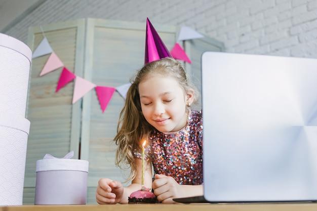Kinder feiern ihren geburtstag durch videoanruf virtuelle party mit freunden. lässt kerze aus. Premium Fotos