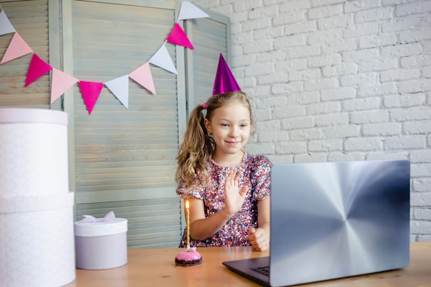 Kinder feiern ihren geburtstag per videoanruf Premium Fotos