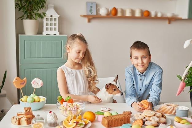 Kinder feiern ostern mit essen Premium Fotos