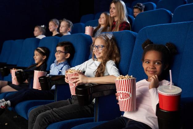 Kinder genießen filmpremiere im kino. Kostenlose Fotos