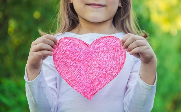 Kinder haben ein herz in der hand. selektiver fokus Premium Fotos