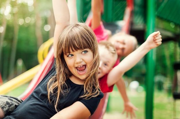 Kinder haben spaß auf der rutsche Kostenlose Fotos