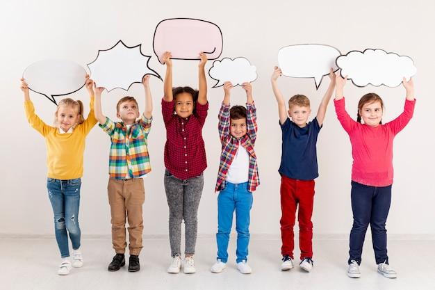 Kinder halten chatblasen Kostenlose Fotos