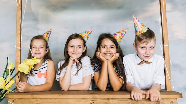 Kinder hinter stall auf geburtstagsfeier Kostenlose Fotos