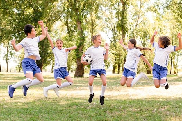 Kinder im sportbekleidespringen Kostenlose Fotos