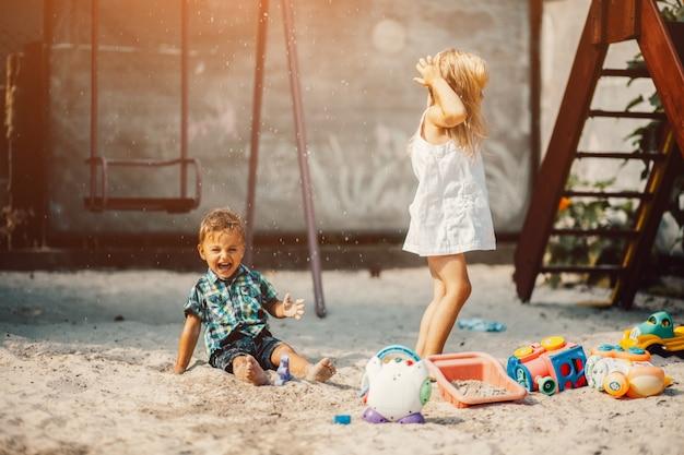 Kinder in einem sand park spielen Kostenlose Fotos