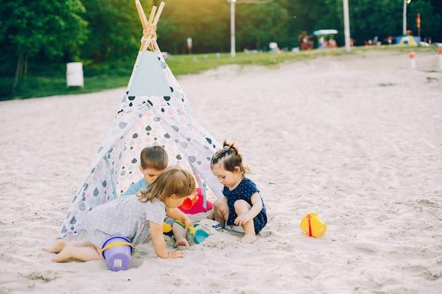 Kinder in einem sommerpark Kostenlose Fotos