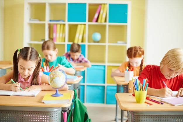 Kinder in einer klasse zu studieren Kostenlose Fotos