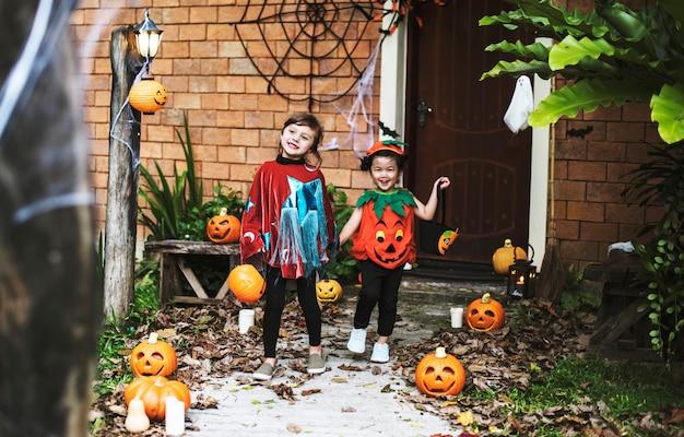 Kinder in halloween-kostümen Kostenlose Fotos