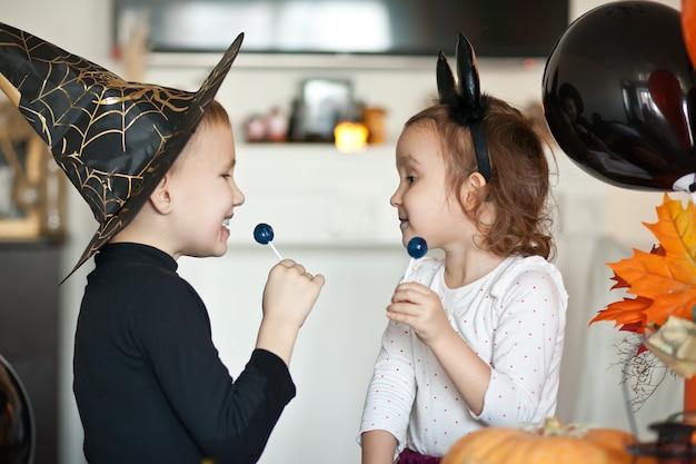 Kinder in hexen- und teufelskostümen für halloween Premium Fotos