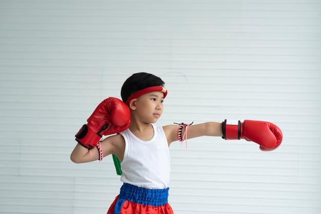 Kinder in kämpfendem konzept, verpackenjunge Premium Fotos