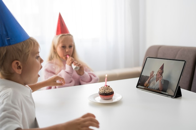 Kinder in quarantäne zu hause feiern geburtstag über tablette Kostenlose Fotos