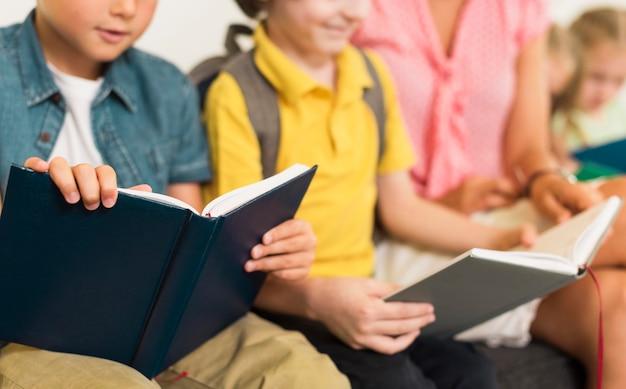 Kinder lesen ihre lektion Kostenlose Fotos