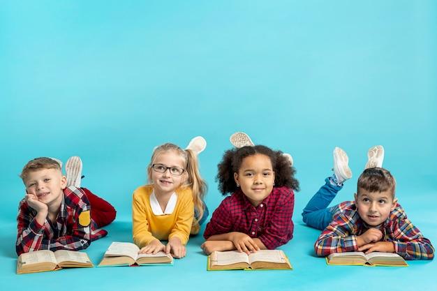 Kinder lesen im kopierraum Kostenlose Fotos