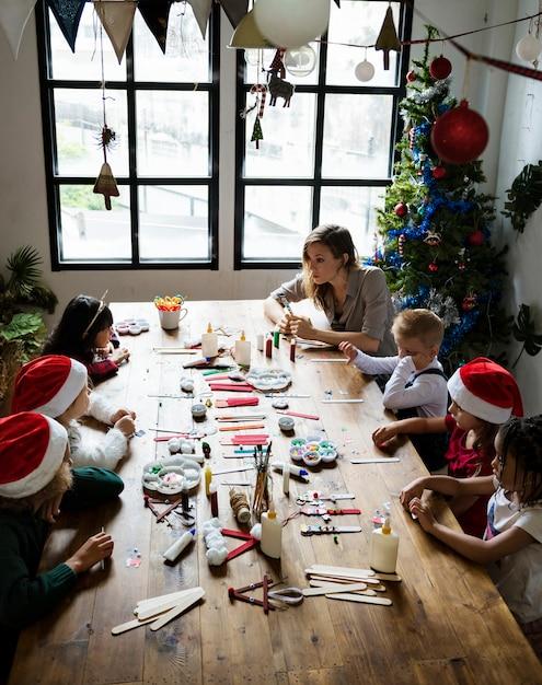 Kinder machen ein weihnachts-diy-projekt Premium Fotos