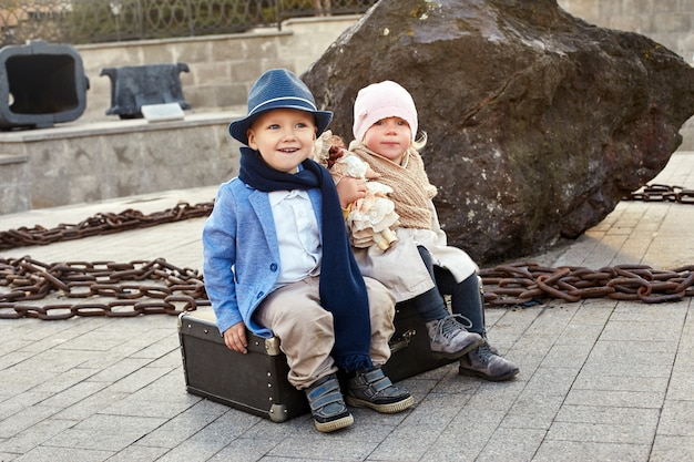 Kinder mit koffern reisen, retro- herbstfrühlingskleidung Premium Fotos