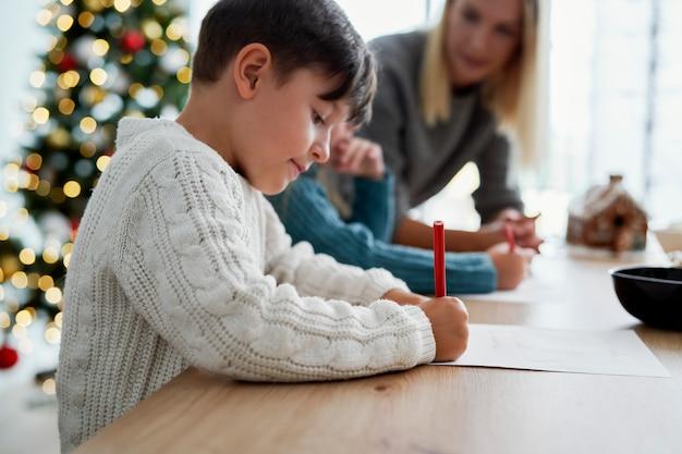 Kinder schreiben einen brief an den weihnachtsmann Kostenlose Fotos