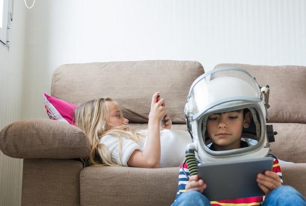 Kinder spielen gerne videospiele. Premium Fotos