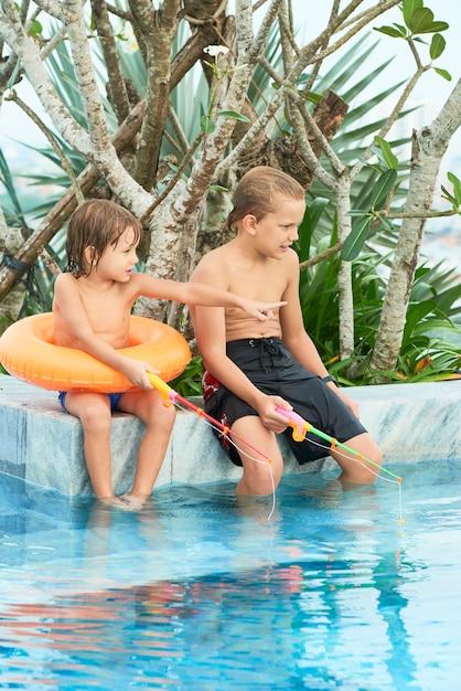 Kinder spielen im pool Kostenlose Fotos
