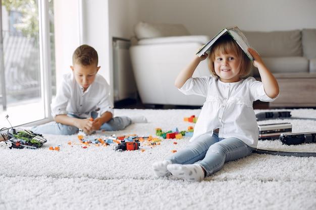Kinder spielen mit lego in einem spielzimmer Kostenlose Fotos