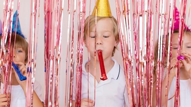 Kinder spielen mit partypfeifen Kostenlose Fotos