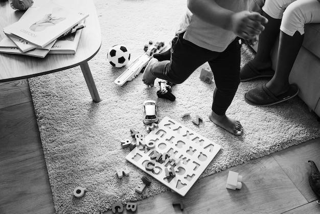 Kinder spielen mit spielzeug im wohnzimmer Kostenlose Fotos