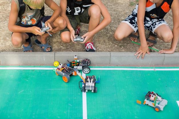 Kinder spielen roboter. robotik. Premium Fotos