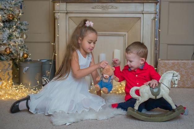 kinder spielen spielzeug zu weihnachten  premiumfoto