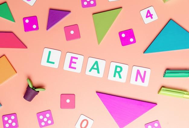 Kinder spielen und lernen konzept mit draufsicht flach lat der spielwaren auf rosa Premium Fotos