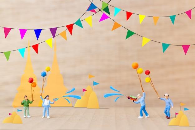 Kinder spielen wasser im tempel, songkran festival, thailand traditioneller neujahrstag Premium Fotos