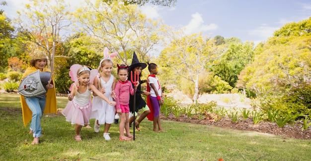 Kinder spielen zusammen Premium Fotos